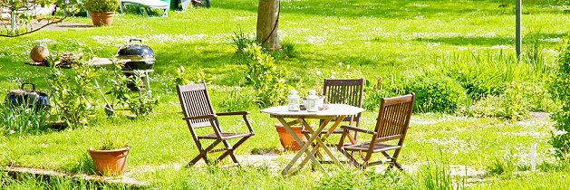 Gartenmöbel aus Holz auf dem Rasen