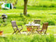 Gartenmöbel im Sonnenschein