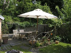 Sonnenschirm oder Sonnensegel im Garten - Was ist besser?